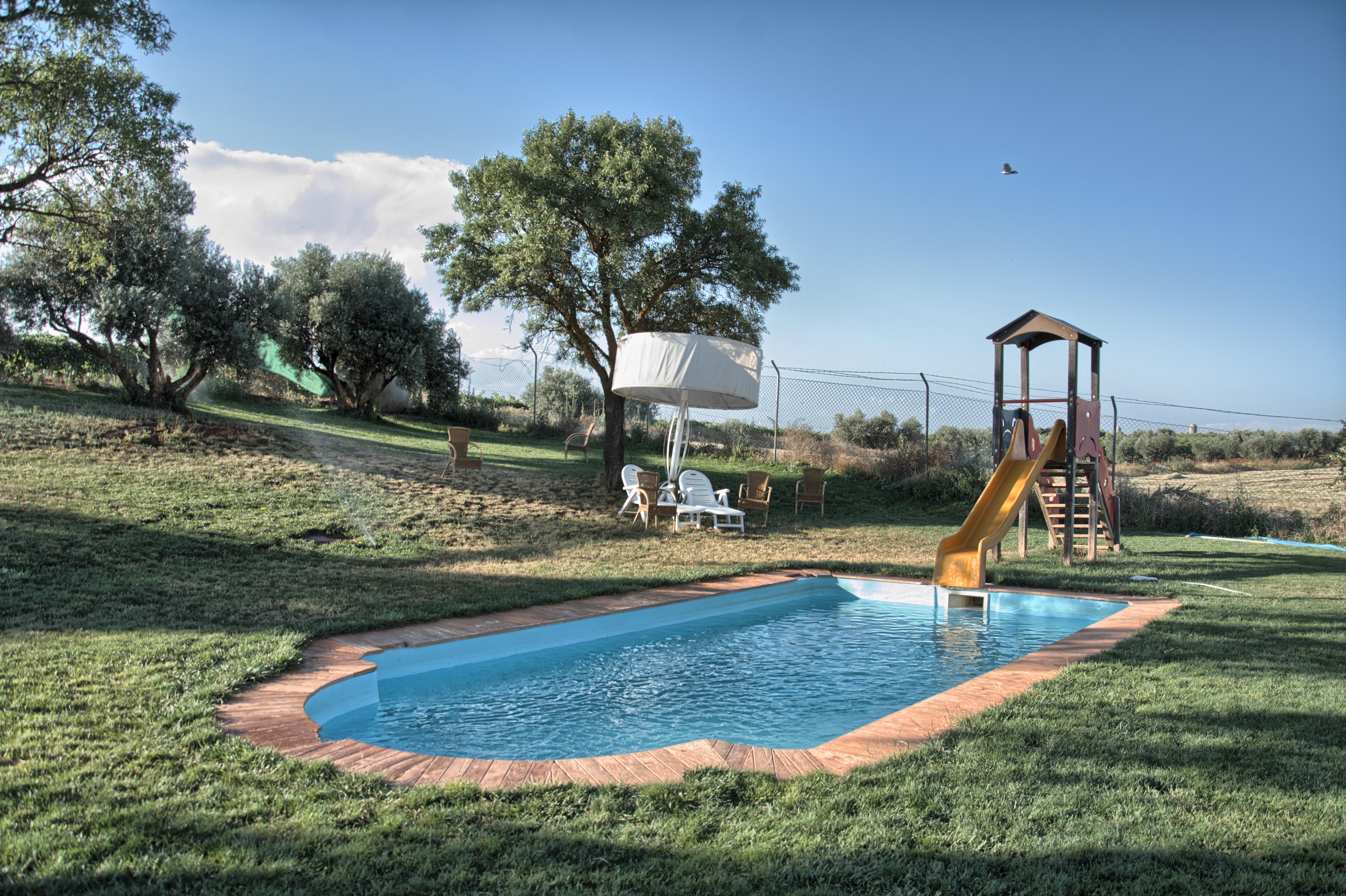 """Piscina y zona de césped, Complejo Turístico Rural """"El Romeral"""""""